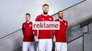 dbc94e99553 Danmark skal for første gang siden VM I 2010, til en slutrunde og den skal  spilles i røde og hvide trøjer. Trøjen er lavet af Hummel, og har de  klassiske ...